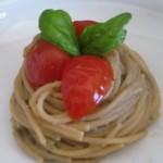 Spaghetti integrali con crema di melanzane e pomodorini