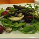 Insalata con funghi, asparagi e ciliegie
