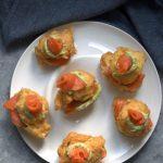 Sfince salate con mousse di avocado e salmone